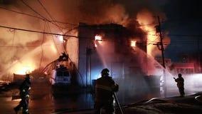 Πυρκαγιά σπιτιών με την έντονη φλόγα φιλμ μικρού μήκους