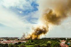 Πυρκαγιά στην επισκόπηση πόλεων Στοκ φωτογραφία με δικαίωμα ελεύθερης χρήσης