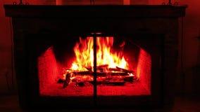 Πυρκαγιά στην εστία το βράδυ στο εξοχικό σπίτι απόθεμα βίντεο
