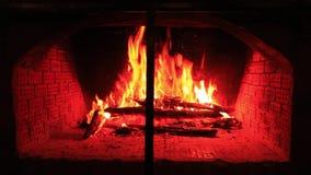 Πυρκαγιά στην εστία το βράδυ στο εξοχικό σπίτι φιλμ μικρού μήκους