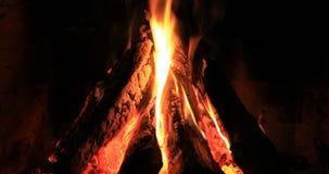 Πυρκαγιά στην εστία το βράδυ φιλμ μικρού μήκους