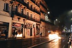 Πυρκαγιά στην οδό στην πόλη κατά τη διάρκεια ενάντια στους φόρους αύξησης στη βενζίνη και εισαχθείσα τη diesel κυβέρνηση της Γαλλ στοκ εικόνες με δικαίωμα ελεύθερης χρήσης