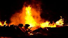 Πυρκαγιά στη βιομηχανική αποθήκη εμπορευμάτων απόθεμα βίντεο
