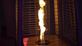 Πυρκαγιά στη θερμάστρα οδών σε έναν σωλήνα γυαλιού πίσω απόθεμα βίντεο