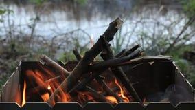 Πυρκαγιά στη σχάρα σχαρών απόθεμα βίντεο