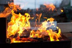 Πυρκαγιά στον ξυλάνθρακα για το ψήσιμο στη σχάρα τροφίμων Στοκ Φωτογραφίες
