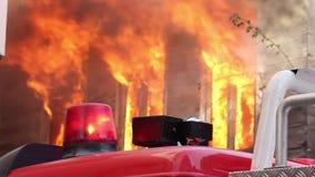 πυρκαγιά στο ξύλινο σπίτι απόθεμα βίντεο