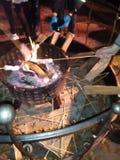 Πυρκαγιά στρατόπεδων για το ψήσιμο marshmallows στοκ εικόνες
