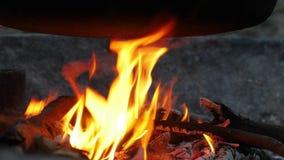 Πυρκαγιά στρατόπεδων κάτω από ένα δοχείο φιλμ μικρού μήκους