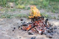 Πυρκαγιά στρατόπεδων που προετοιμάζεται για τη σχάρα στο έδαφος χλόης με το διάστημα αντιγράφων στοκ φωτογραφία με δικαίωμα ελεύθερης χρήσης
