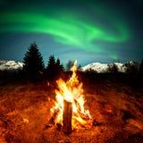 Πυρκαγιά στρατόπεδων που προσέχει τα βόρεια φω'τα Στοκ φωτογραφία με δικαίωμα ελεύθερης χρήσης
