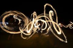 Πυρκαγιά-στροβιλίζοντας καλλιτεχνική μακροχρόνια έκθεση Στοκ Εικόνα