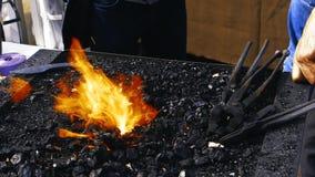 πυρκαγιά σφυρηλατημένων κομματιών σιδηρουργών με τους μαύρους άνθρακες φιλμ μικρού μήκους