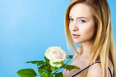 Πυροβοληθείς στο μπλε της γυναίκας που κρατά πορφυρό αυξήθηκε Στοκ Εικόνα