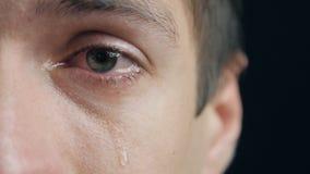 Πυροβοληθείς του φωνάζοντας ατόμου με τα δάκρυα στην κινηματογράφηση σε πρώτο πλάνο ματιών απόθεμα βίντεο