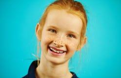 Πυροβοληθείς του χαριτωμένου κοκκινομάλλους κοριτσιού στην εύθυμη διάθεση, που χαμογελά ειλικρινά, που απολαμβάνει το γεγονός απο στοκ εικόνες