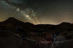 Πυροβοληθείς των αστεριών και του γαλακτώδους τρόπου στον ουρανό ύψους μέσω του φακού ματιών ψαριών Δύο τηλεσκόπια έτοιμα για την στοκ εικόνα