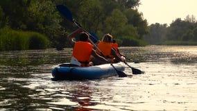 Πυροβοληθείς των kayakers που κάτω από τον ποταμό σε ένα andscape κίνηση αργή απόθεμα βίντεο
