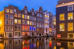 Πυροβοληθε'ντα νύχτα σπίτια καναλιών στο λυκόφως Άμστερνταμ Στοκ εικόνα με δικαίωμα ελεύθερης χρήσης