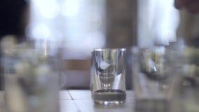 Πυροβοληθε'ντα ποτήρια της βότκας απόθεμα βίντεο