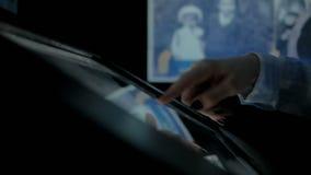 2 πυροβολισμοί Γυναίκα που χρησιμοποιεί τη διαλογική επίδειξη οθονών επαφής στο μουσείο σύγχρονης ιστορίας απόθεμα βίντεο