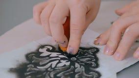 3 πυροβολισμοί Δύο διακοσμητές γυναικών, σχεδιαστές που χρωματίζουν την ξύλινη διακόσμηση κύκλων απόθεμα βίντεο