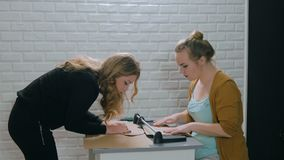 3 πυροβολισμοί Δύο επαγγελματικοί διακοσμητές γυναικών που εργάζονται με το έγγραφο του Κραφτ απόθεμα βίντεο