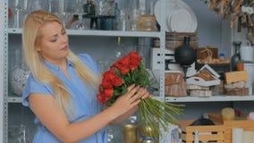 2 πυροβολισμοί Επαγγελματική ανθοδέσμη εκμετάλλευσης ανθοκόμων των κόκκινων τριαντάφυλλων στο στούντιο φιλμ μικρού μήκους