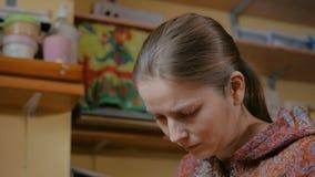 3 πυροβολισμοί Επαγγελματικός αγγειοπλάστης γυναικών που χρωματίζει τον κεραμικό συριγμό πενών αναμνηστικών απόθεμα βίντεο