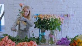 3 πυροβολισμοί Επαγγελματικός ανθοκόμος που εργάζεται με τα λουλούδια στο στούντιο απόθεμα βίντεο