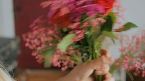 4 πυροβολισμοί Επαγγελματικός ανθοκόμος που κάνει την όμορφη ανθοδέσμη στο κατάστημα λουλουδιών απόθεμα βίντεο