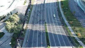 Πυροβολισμός από έναν κηφήνα πέρα από το δρόμο Πολλοί ποδηλάτες οδηγούν στο δρόμο Αθλητικό θέαμα φιλμ μικρού μήκους