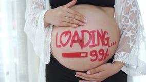 Πυροβολισμός βράσης της εγκύου γυναίκας με την έννοια φόρτωσης 99% που χρωματίζεται στην κοιλιά απόθεμα βίντεο