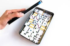 Πυροβολισμός επίδρασης ντόμινο Κοιτάξτε κάτω για το παιχνίδι ντόμινο Ντόμινο που εμπίπτουν σε μια σειρά στο μέτωπο Κομμάτια παιχν Στοκ εικόνα με δικαίωμα ελεύθερης χρήσης