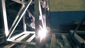 Πυροβολισμός κατασκευής αλουμινίου συγκόλλησης εργαζομένων απόθεμα βίντεο