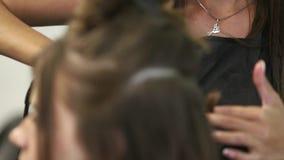 Πυροβολισμός κινηματογραφήσεων σε πρώτο πλάνο μιας γυναίκας που έχει την τρίχα της ισιωμένη στο κομμωτήριο Κατσαρώνοντας σίδηρος  φιλμ μικρού μήκους