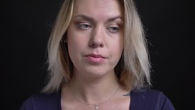 Πυροβολισμός κινηματογραφήσεων σε πρώτο πλάνο της μέσης ηλικίας ξανθής επιχειρηματία στην μπλε μπλούζα με την προσοχή neckline σε απόθεμα βίντεο