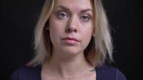 Πυροβολισμός κινηματογραφήσεων σε πρώτο πλάνο της μέσης ηλικίας ξανθής επιχειρηματία στην μπλε μπλούζα με την προσοχή neckline σε φιλμ μικρού μήκους