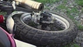 Πυροβολισμός κινηματογραφήσεων σε πρώτο πλάνο της ρόδας μοτοσικλετών στο έδαφος μετά από μια συντριβή ή μια πτώση ατυχήματος κίνη απόθεμα βίντεο