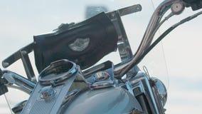 Πυροβολισμός κινηματογραφήσεων σε πρώτο πλάνο του Harley Davidson απόθεμα βίντεο