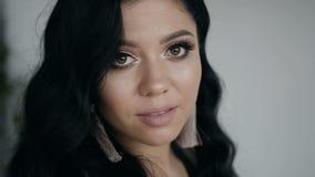 Πυροβολισμός κινηματογραφήσεων σε πρώτο πλάνο Όμορφο νέο κορίτσι με το μεγάλο ύφος σύνθεσης και τρίχας Όμορφα μαυρισμένα μάτια απόθεμα βίντεο