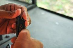 Πυροβολισμός με το πυροβόλο όπλο στο στόχο στη σειρά πυροβολισμού Κλείστε επάνω του τοποθέτησης της σφαίρας στο συνδετήρα κασετών στοκ φωτογραφία
