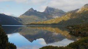 Πυροβολισμός πρωινού του βουνού λίκνων που απεικονίζεται σε μια ήρεμη λίμνη περιστεριών απόθεμα βίντεο
