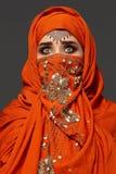 Πυροβολισμός στούντιο μιας νέας γοητευτικής γυναίκας που φορά την τερακότα hijab που διακοσμείται με τα τσέκια και το κόσμημα Αρα στοκ φωτογραφίες με δικαίωμα ελεύθερης χρήσης
