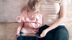 Πυροβολισμός υψηλός-γωνίας, $cu, 4k: Η νέα ελκυστική μητέρα και η γλυκιά κόρη κάθονται στον καναπέ φιλμ μικρού μήκους