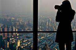 Πυροβολισμός φωτογράφων επάνω στη Σαγκάη στοκ εικόνα