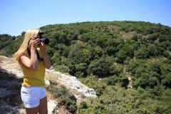 Πυροβολισμός φωτογράφων φύσης φωτογράφων γυναικών στα βουνά μικρό ταξίδι χαρτών του Δουβλίνου έννοιας πόλεων αυτοκινήτων στοκ φωτογραφίες με δικαίωμα ελεύθερης χρήσης