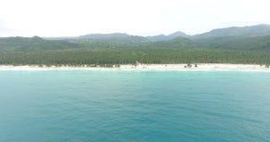 Πυροβολισμός Copter του τροπικού νησιού και του τυρκουάζ νερού Κάμερα που κινείται επάνω από τα κύματα θάλασσας Πυροβοληθείς 4k φιλμ μικρού μήκους
