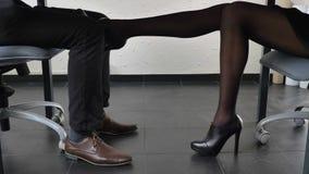 Πυροβολώντας στο πλαίσιο του πίνακα, το προκλητικό θηλυκό πόδι στα παπούτσια με τα υψηλά τακούνια αγγίζει ήπια το πόδι ατόμων ` s απόθεμα βίντεο