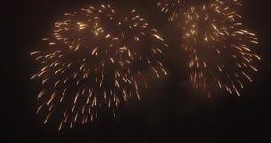Πυροβολώντας τα όμορφα πυροτεχνήματα τη νύχτα από τον αέρα Το copter πετά δίπλα στα πυροτεχνήματα φιλμ μικρού μήκους